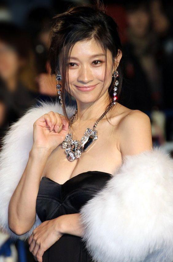 毛皮のドレス姿の篠原涼子