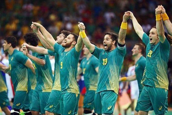 Momento histórico! A nossa equipe brasileira de handball masculino estreou com vitória em uma partida acirrada contra o forte time da Polônia! Foi a primeira vez que o Brasil venceu uma seleção europeia na modalidade. Que venham as próximas conquistas!  Estamos na torcida!