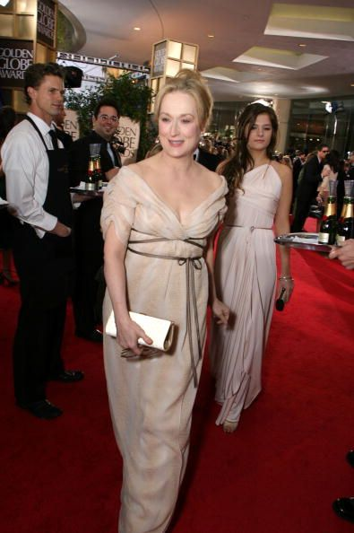 Meryl Streep Vestindo Caroline Herrera no Globo de Ouro em 2007. Streep ganhou o prêmio de melhor desempenho por uma actriz em um papel de liderança para The Devil Wears Prada.