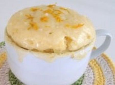 Receita de pão de queijo de caneca - 1 ovo pequeno, 4 colheres (sopa) de leite, 3 colheres (sopa) de óleo, 1 pitada de sal, 4 colheres (sopa) de queijo parmesão ralado, 4 colheres (sopa) de polvilho azedo, 1 colher (café) de fermento em pó, margarina para untar