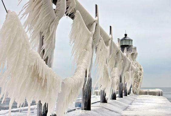 une-jetee-du-lac-michigan-se-transforme-en-magnifiques-sculptures-de-glace-ephemere21