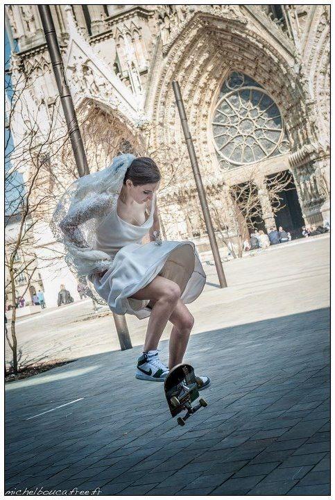 花嫁姿でスケートボード
