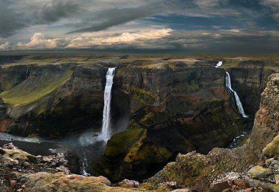 Háifoss (Высокий водопад) – действительно высокий (целых 122 метра), хотя и не самый-самый на острове. Самый-самый кличется Глаймиром, в нем метров 150, да вот только он совсем не красивый:(