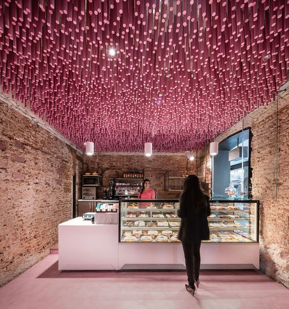Architecte et designer, Virginia del Barco, a suspendu 12.000 bâtons en bois à l'intérieur de cette boulangerie à Madrid.