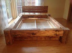 Bettgestell 180x200 selber bauen  Balkenbett aus altem Holz mit Bettkästen | Altes holz, Bettkasten ...