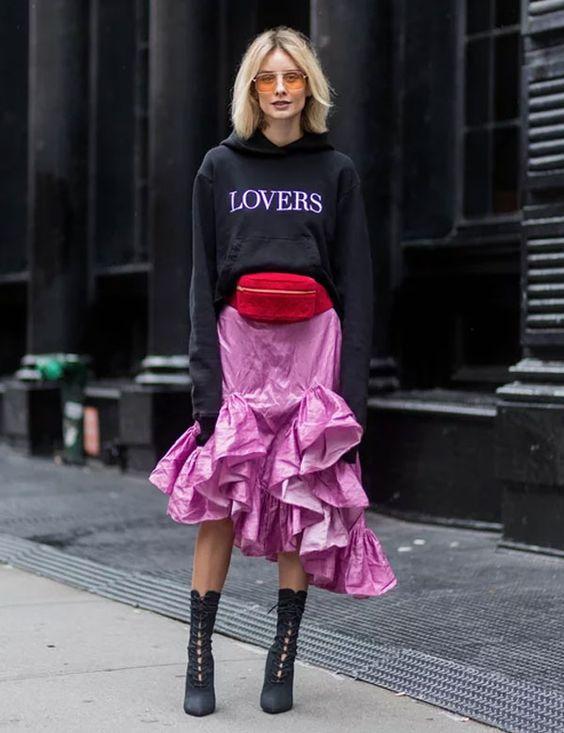 Deixe a combinação de cores mais sporty com moletons e acessórios trend. Adoramos o toque descolex que a pochete vermelha + saia estruturada deram ao look