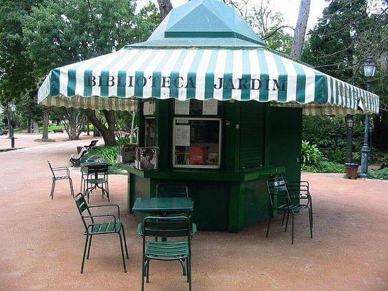 Cabina de biblioteca en el jardín de la Estrela en Lisboa en el Portugal.   (Foto: Nicwest - Flickr)