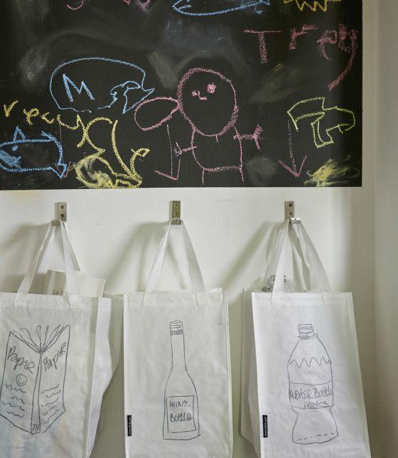Crie um quadro de ardósia com desenhos para que as crianças se sintam incentivadas a reciclar