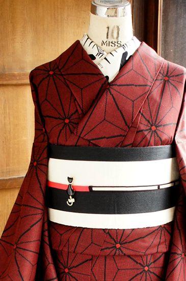 朱赤と黒の糸で織り出されたブラウンがかった深い赤の麻の葉模様が粋なウールの単着物です。: