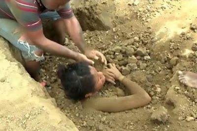 Jovem é atingida por raio e depois enterrada viva pela própria família: ift.tt/2edXSnW