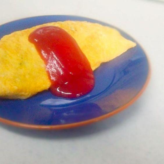 旦那が仕事から帰って食べれるようにお昼ごはんの準備(*´ω`*) 昨日、オムライスが食べたいって言ってたから作ってみた。 でも、オムライス作るの苦手~m(。≧Д≦。)m 綺麗に作れるようになりたいな~。 - 84件のもぐもぐ - オムライス by komugi7709