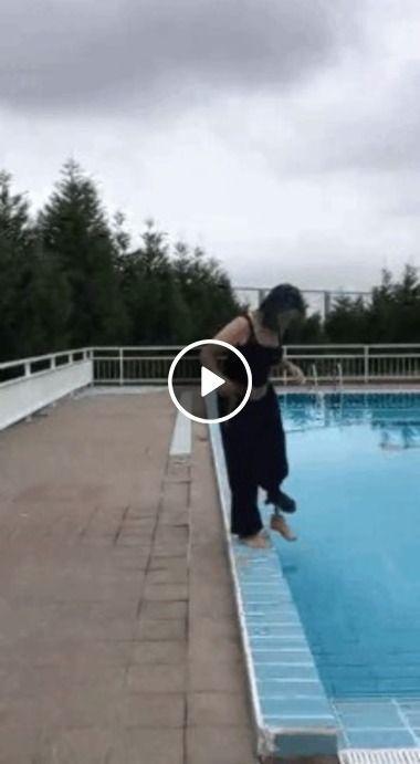 Moça foi colocar o pé na água gelada.Veja o que aconteceu!