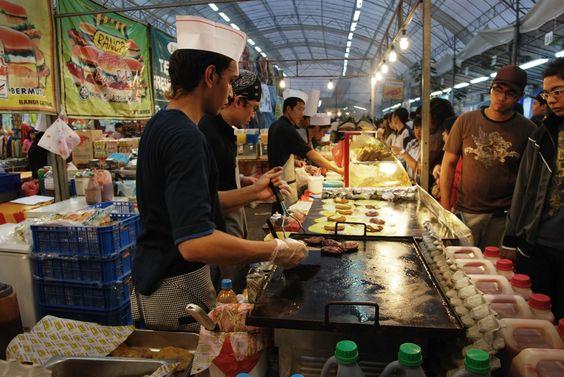 Những món ăn được bày bán khắp nơi