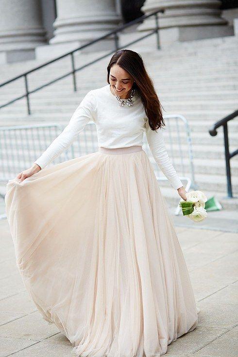 Este conjunto de falda y camisa que es tan refinado como informal: | 38 Ideas modernas y hermosas para vestidos de boda