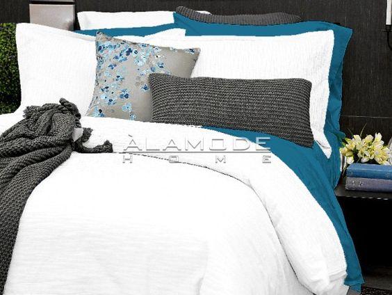 Le côté rétro de Camden avec son motif ondulé est parfait pour votre chambre à coucher moderne! Une touche texturé disponible en jaune et en blanc.100% Coton jacquard.
