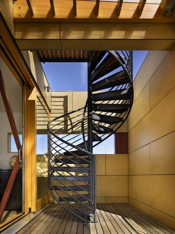 un escalier métallique à barreaudahe horizontal avec des marches en bois
