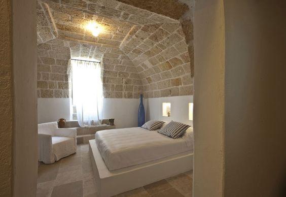 Camera da letto chic, semplice, bianco, pietra, stile mediterraneo