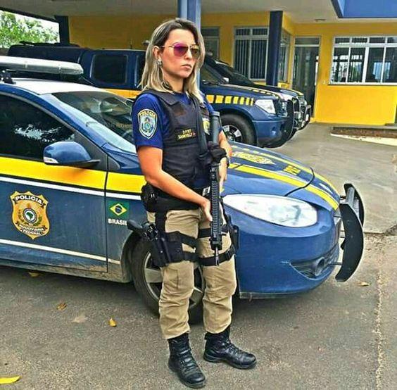 銃を持つ女性警察官