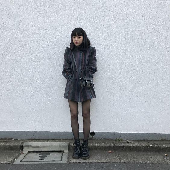 全体を黒でまとめる田中芽衣