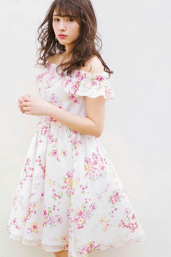 あっさり系白地の服の渡辺梨加