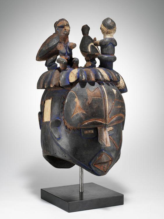 Eigenwillige Darstellung mit bemerkenswerter Haartracht aus dem nördlichen Igbo-Gebiet, in dem eine der reichsten und formal variantenreichsten Maskentraditionen ganz Schwarzafrikas zu finden ist. Die Schnitzer bedienen sich gelegentlich auch der traditionellen Archetypen ihrer Nachbarn, um diese dann nach Belieben frei zu interpretieren. Die Masken wurden von der mmwo-Männergeheimgesellschaft verwaltet und repräsentierten eine Vielzahl von ebenfalls…