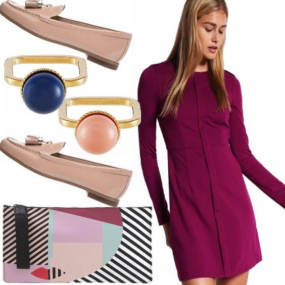 """Abito di maglina purple, che segue le linee del corpo, clutch che vuole rompere gli schemi della donna """"Bon Ton"""", mocassini nude con delle piccole nappine e anelli dai colori diversi."""