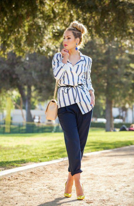 Outfit de oficina. Chica usando una blusa a rayas y un pantalón azul