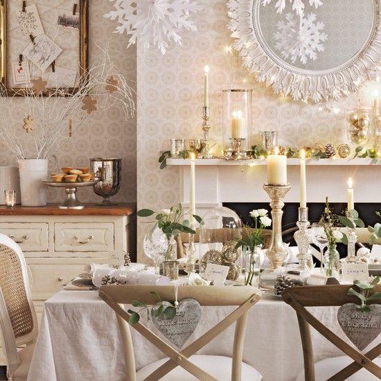 des bougeoirs en argent et or et beaucoup de bougies sur la table