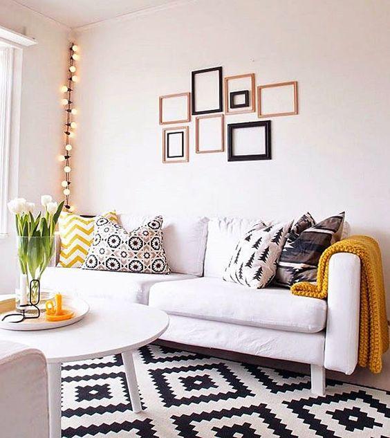 """Com tanta estampa (ou padrão) bonito, a maioria prefere usar tapetes de uma cor só. A preocupação é com a dificuldade de coordenar a decoração, o """"excesso"""", a combinação de cores…enfim. Mas olha só como é possível, até para os que gostam de ambientes neutros, ter um tapete estampado super lindo na sua sala...:"""
