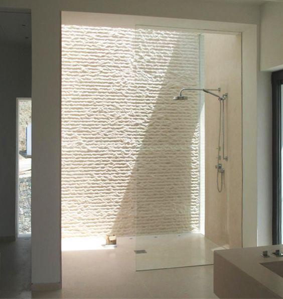 modernes badezimmer mit dachverglasung im duschbereich und