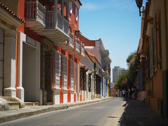 Si estás en #Cartagena y buscas un buen #Vino para una tarde en la playa o una cena en las murallas, visita nuestra #Tienda ubicada en la Avenida San Martín # 11 – 87 Local 2. #VinosNobles.