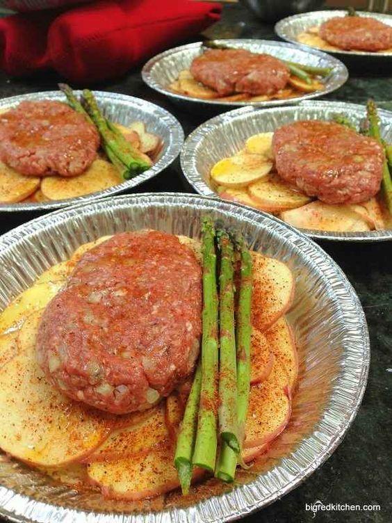 Carne, papas y vegetales en platos de aluminio
