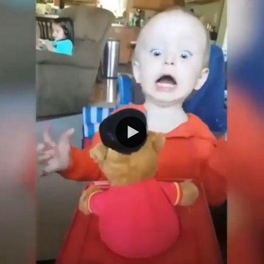 Brinquedo emocionantes crianças assustam e se diverte