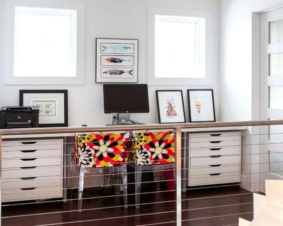Arbeitszimmer gestaltungsmöglichkeiten ikea  schreibtische-ikea-modern- bunte stühle -viele bilder und zwei ...
