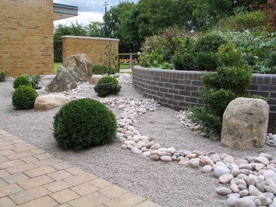 Garten im japanischen Stil anlegen  mit Stauden und Flusssteinen