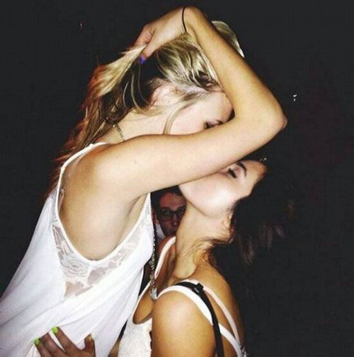 Blonde brunette lesbian pic