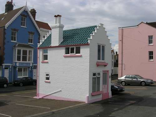 tiny house facing the sea on King Street parking lot in Aldeburgh