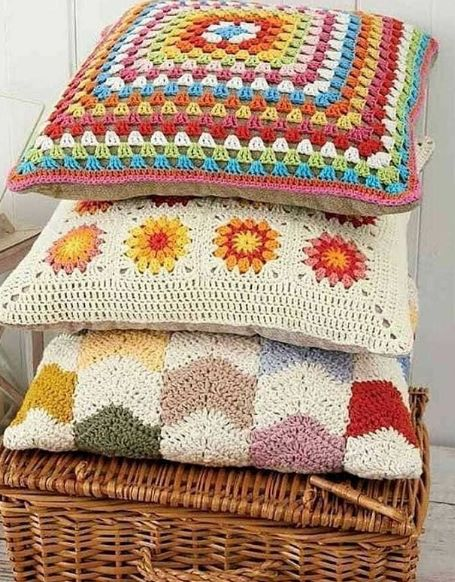 Almofada de croche criativas para você amar e compartilhar com todas amigas que amam fazer croche. Compartilhe e acesse o blog crochetododia.com  #croche #crochepassoapasso #crochet #modacrochet #manualidades #artesanato #trabalhomanual #almofadas #almofadadecroche
