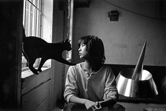 Vietnam Memorial architect Maya Lin with her cat in her New York studio, 1986. Photo: Michalel Katakis