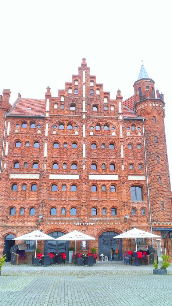 Historisches Speichergebäude mit Restaurant am Hafen .