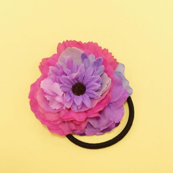 ひとつひとつ愛情込めて作ったお花のヘアゴム。一点もののアクセサリーをお楽しみください☆◯マーガレットへアゴム◯シックな紫のマーガレットをポイントに。ピンクを混...|ハンドメイド、手作り、手仕事品の通販・販売・購入ならCreema。