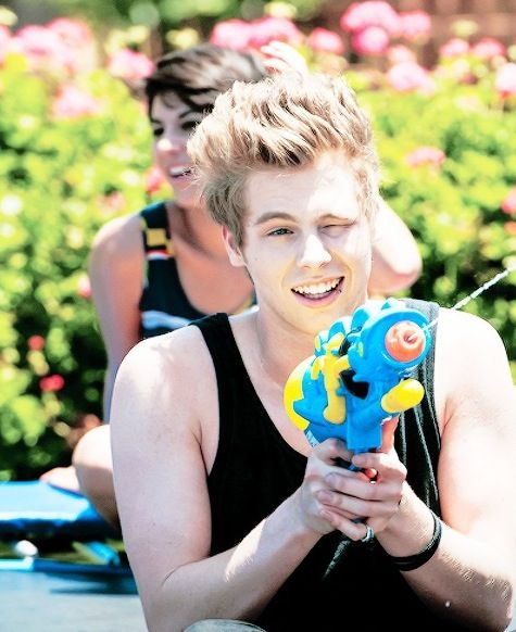 luke. ✖️ no matter how hard he tries to be punk rock he is still the cutest thing ever