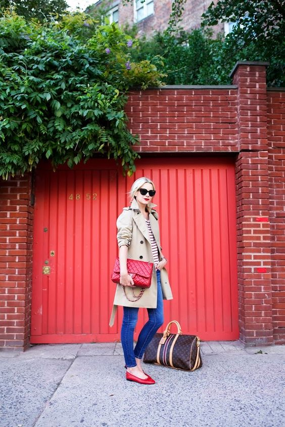 Every woman should own a classic beige trench coat: it never goes out of style. Beige trench from Burberry. Denim skinny jeans. Flats and bag from Chanel. Sunglasses: Prada.