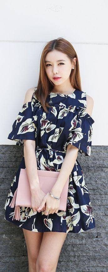 Vestido azul con flores y cortes en los hombros