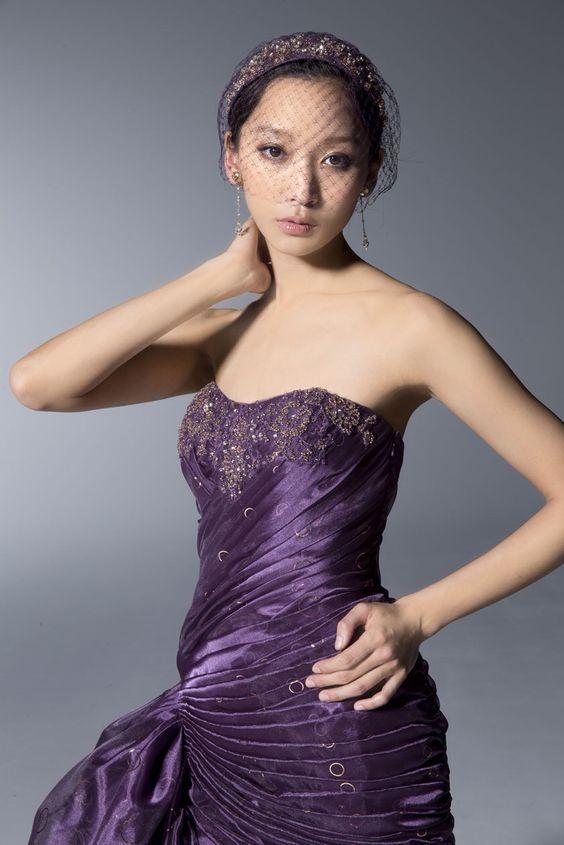 紫のドレスと杏