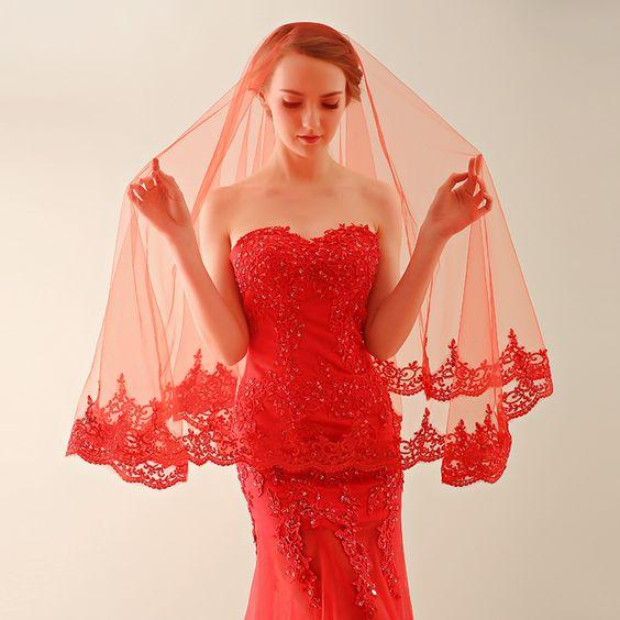voile de mariée rouge appliqué de dentelle