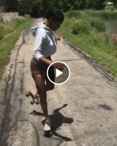 Mulher de patins muito boa em manobra.