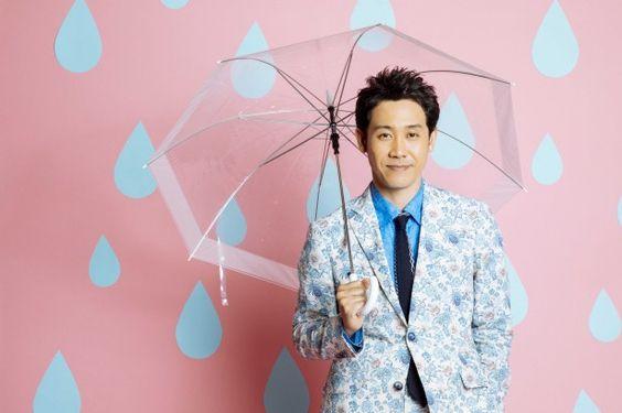 傘をさした大泉洋