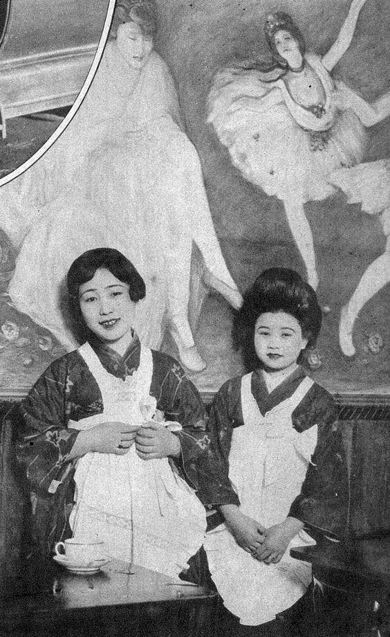 Japanese waitresses with Danpatsu 断髪 hair-style (at left) in a Café no jokyuu カフェの女給 - Tokyo - Japan - 1920sSource blog.livedoor.jp/sherlockology