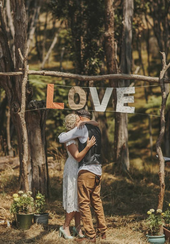 Backdrop aus Ästen mit LOVE-Schriftzug aus Stoff – wood wedding backdrop with love sign made out of fabric
